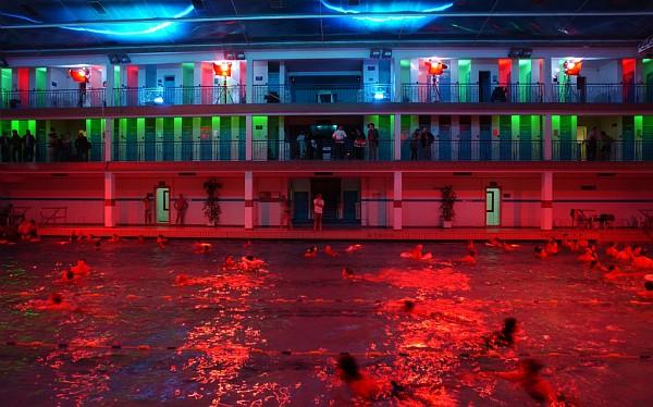 Piscina notturna a parigi informazioni e orari vivi parigi for Follando en la piscina gay